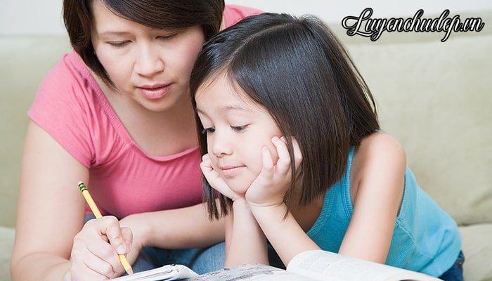 Ba mẹ thường xuyên khích lệ bé luyện chữ đẹp