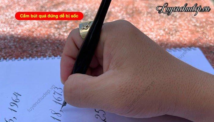 Cầm bút viết Callgraphy đứng bút sẽ gây sốc vào giấy