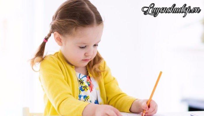 Bé lớp 1 luyện viết chữ đẹp là giai đoạn vàng